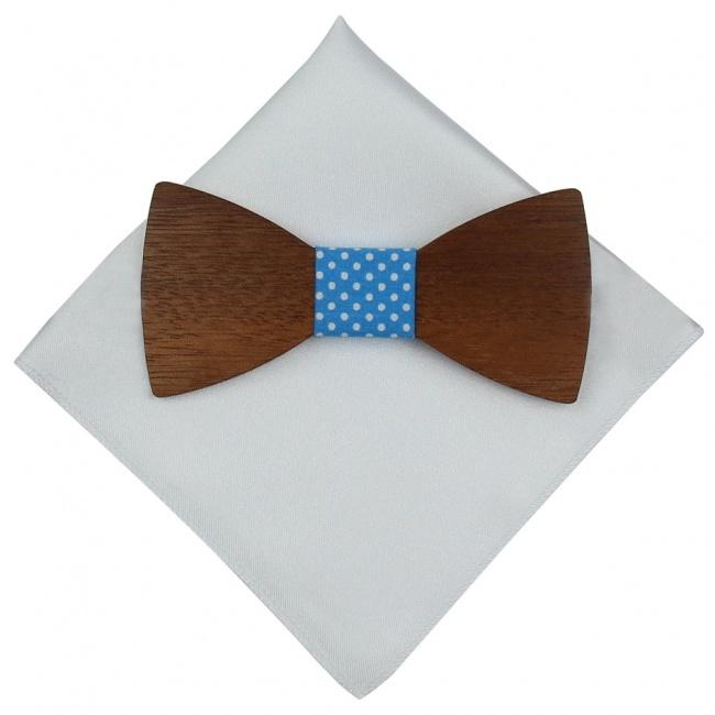 Světle modrý dřevěný motýlek s bílými puntíky a bílým kapesníčkem