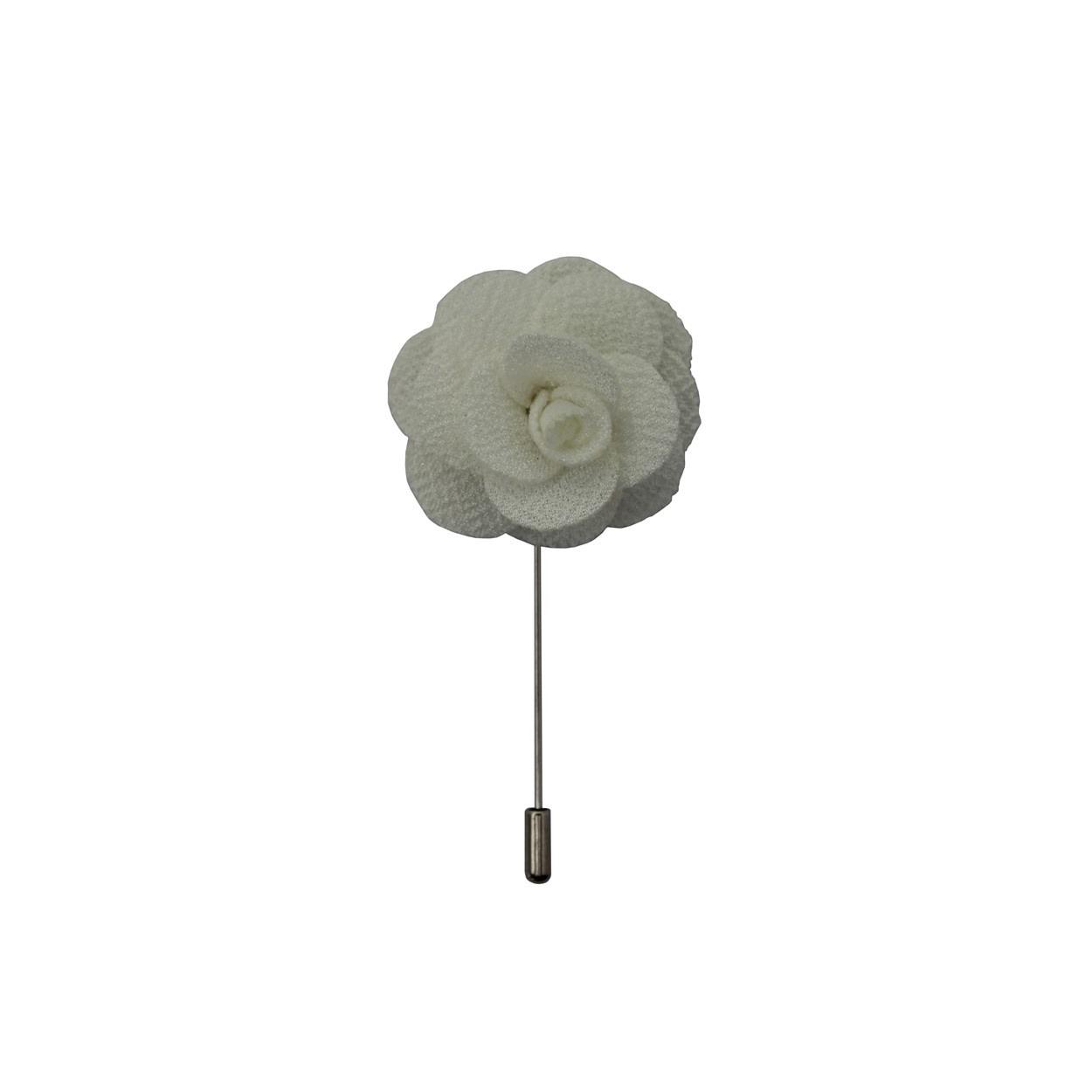 Bílá květina do klopy